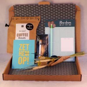 nieuwe_collega_nieuwe_baan_koffie_stationary_topper_mints_verrassing_brievenbuspost_giftsbygötts_droogbloemen
